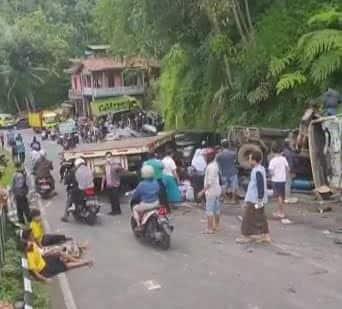Kecelakaan lalu lintas yang melibatkan tiga kendaraan terjadi di Jalan Purworejo - Magelang, tepatnya di Desa Kalijambe Kecamatan Bener Kabupaten Purworejo,(Dok Ist)